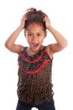 Terra arrendada asiática africana pequena da menina sua cabeça Imagem de Stock