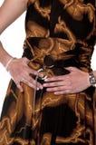 Terra arrendada bem vestida da mulher seu estômago com mãos Foto de Stock Royalty Free