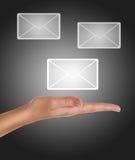 Terra arrendada da mão ou email fêmea da obtenção Imagens de Stock Royalty Free