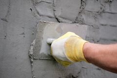 Terra arrendada da mão que emplastra a ferramenta Foto de Stock Royalty Free