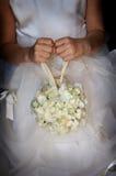 Terra arrendada da menina de flor seu ramalhete foto de stock royalty free