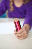 Terra arrendada da menina de lápis coloridos na sala de aula Fotos de Stock Royalty Free