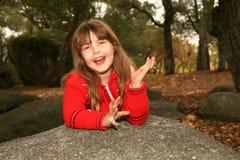 Terra arrendada da menina seu sorriso da face foto de stock