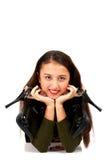 Terra arrendada da menina suas sapatas do preto Fotos de Stock Royalty Free