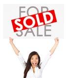 A terra arrendada da mulher dos bens imobiliários vendeu o sinal Imagens de Stock