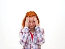 Terra arrendada da mulher nova do Redhead sua mão à cabeça Fotografia de Stock Royalty Free