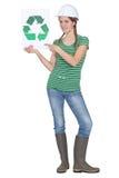 A terra arrendada da mulher recicl o logotipo Imagens de Stock