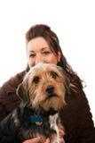 Terra arrendada da mulher seu cão de animal de estimação Imagem de Stock
