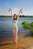 Terra arrendada da mulher suas sapatas da cor-de-rosa Foto de Stock