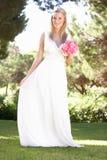 Terra arrendada desgastando Bouqet do vestido da noiva no casamento fotografia de stock royalty free
