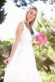 Terra arrendada desgastando Bouqet do vestido da noiva no casamento Imagem de Stock Royalty Free