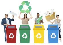 A terra arrendada do grupo de pessoas recicla ícones foto de stock