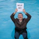 A terra arrendada do homem superior ajuda-me documento na água Imagens de Stock
