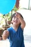 Terra arrendada do menino & apontar no balão Imagem de Stock Royalty Free
