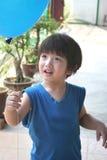 Terra arrendada do menino & vista do balão imagens de stock royalty free