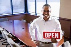 A terra arrendada do trabalhador de escritório aberta assina dentro a sala de reuniões vazia imagem de stock royalty free