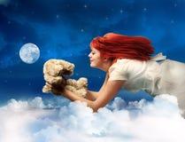 Terra arrendada doce Teddybear da menina fotografia de stock royalty free
