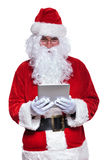 Terra arrendada e leitura de Papai Noel em uma almofada da tabuleta Imagem de Stock Royalty Free