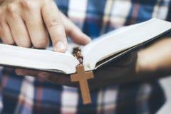 Terra arrendada e leitura do homem Christian Bible santamente foto de stock royalty free