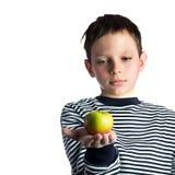 Terra arrendada e maçã do rapaz pequeno Fotografia de Stock