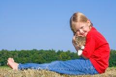 Terra arrendada feliz da menina de exploração agrícola seu gato. Imagens de Stock Royalty Free