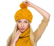 A terra arrendada feliz da menina tomou-se para o chapéu Foto de Stock