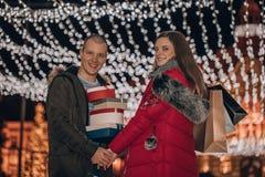 A terra arrendada feliz dos pares apresenta em uma caixa e em um divertimento ter na noite imagens de stock royalty free