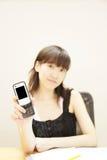 Terra arrendada Handphone da menina Imagens de Stock Royalty Free