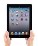 Terra arrendada iPad2 nas mãos Imagens de Stock