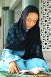 Terra arrendada muçulmana Qur'an da mulher fotos de stock royalty free