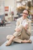 A terra arrendada nova da mulher de negócios leva embora o café Fotografia de Stock