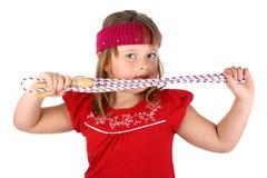 Terra arrendada pequena da menina sua corda de salto isolada no branco imagem de stock
