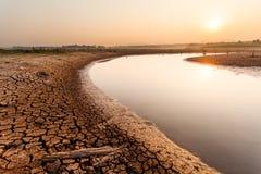 Terra asciutta incrinata senza acqua sottragga la priorità bassa fotografie stock libere da diritti