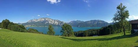 Terra Austria di Salzburger: Vista sopra il lago Attersee - alpi austriache Immagine Stock