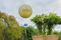TERRA BOTANICA, WOEDE, FRANKRIJK - SEPTEMBER 24, 2017: Grote ballon in een park voor bezoekers stock afbeeldingen
