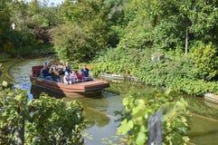 TERRA BOTANICA, złości FRANCJA, WRZESIEŃ, - 24, 2017: Turyści pływają łodzią w parkowym Terra Botanica zdjęcie stock