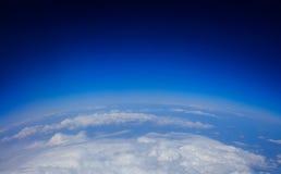 Terra - céu azul e nuvens - vista do espaço imagens de stock royalty free