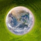 Terra cercada pela grama verde Imagens de Stock Royalty Free
