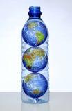 Terra com os continentes na garrafa de água fotos de stock