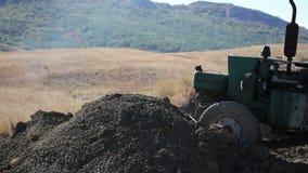 Terra commovente del trattore stock footage