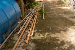 Terra concreta ammuffita d'annata con le vecchie tubature dell'acqua lunghe del PVC - Ou immagini stock libere da diritti