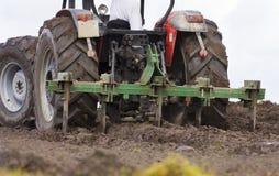 Terra d'aratura dell'azienda agricola del trattore fotografie stock libere da diritti