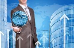 Terra da posse do homem de negócio Casa nova e mundo como Fotos de Stock