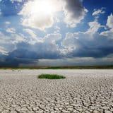 Terra da seca e céu ensolarado Fotos de Stock