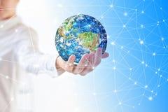 Terra da spazio in mani, globo nel migliore concetto di Internet delle mani dell'affare globale dalla serie di concetti Elementi  Immagine Stock Libera da Diritti