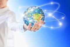 Terra da spazio in mani, globo nel migliore concetto di Internet delle mani dell'affare globale dalla serie di concetti Elementi  Fotografie Stock