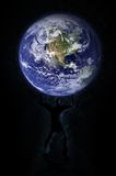 Terra da terra arrendada do homem Imagem de Stock Royalty Free