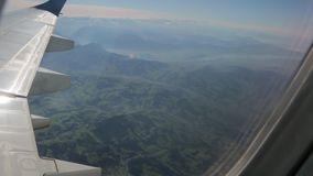 Terra dalla finestra dell'aeroplano archivi video