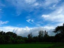 Terra de cultivo da vila com os remendos do céu azul & da nuvem fotos de stock royalty free