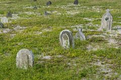 Terra de enterro assustador velha com as sepulturas na ilha local tropical Maamigili imagens de stock royalty free